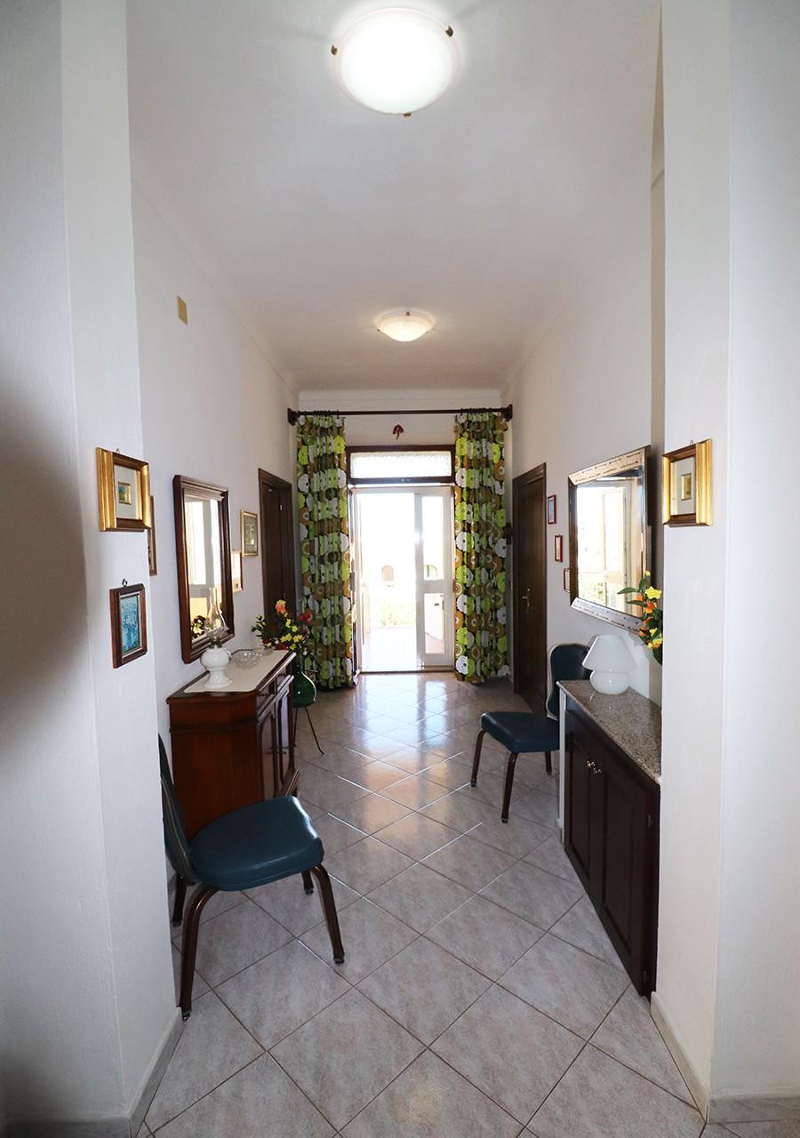 50-la-maddalena-affitto-immobiliare-murphy-residenza-cesaraccio-ingresso